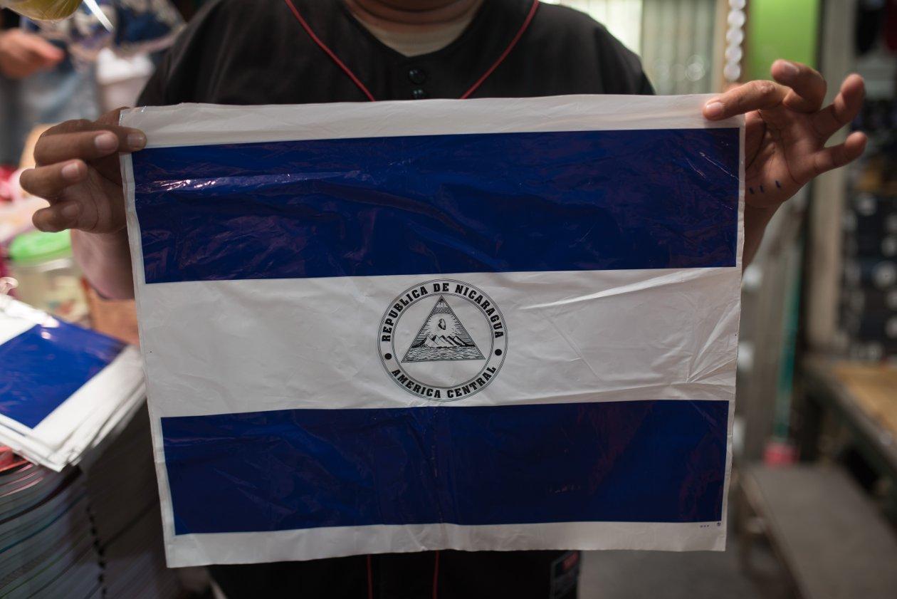 Hay escasez en la producción de banderas plásticas. FOTO: Carlos Herrera / Niú.