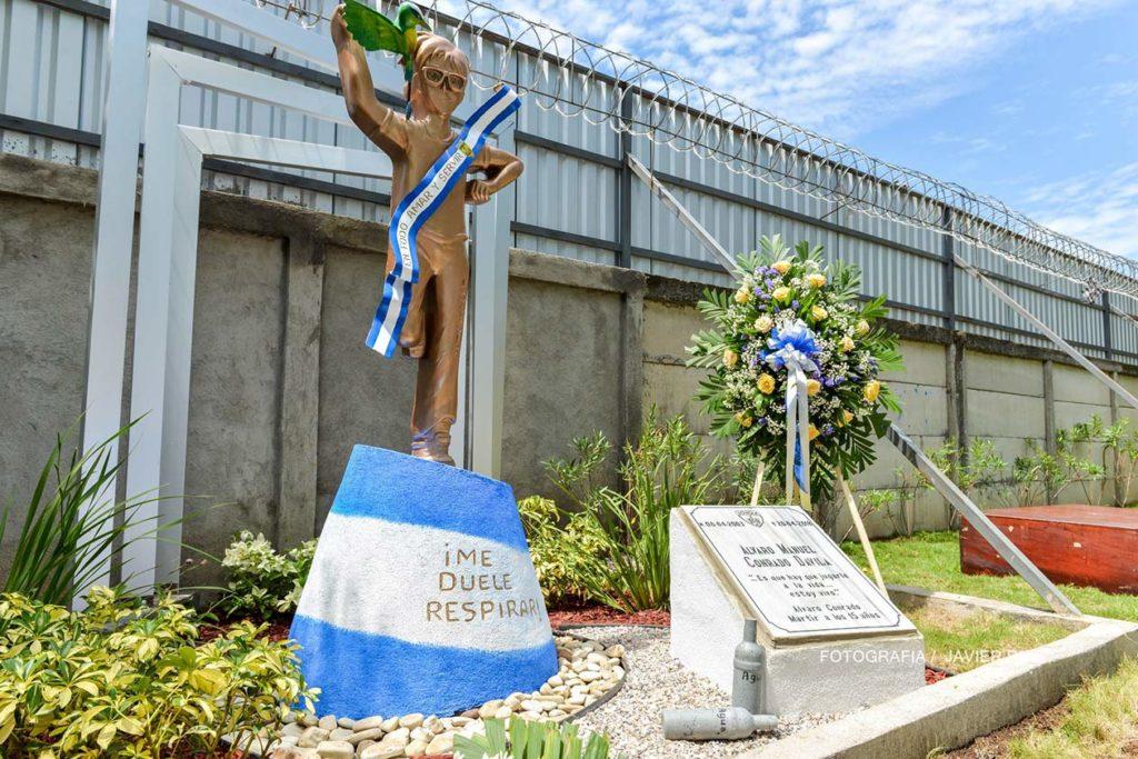 Monumento en honor a Álvaro Conrado, el primer adolescente asesinado en las protestas. Javier Ruiz | Niú