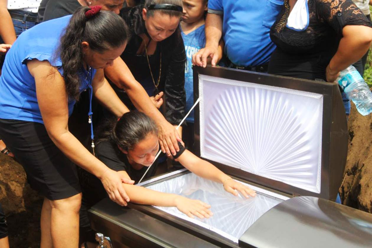 Cruz Selena Centeno murió a la edad de 20 años después de llevar en su vientre a su hijo muerto por más de 24 horas. Foto tomada del periodico HOY   Niú