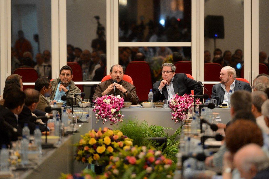 Daniel Ortega junto al presidente del Cosep, José Adán Aguerri, y el empresario Carlos Pellas. Confidencial | Archivo | Carlos Herrera