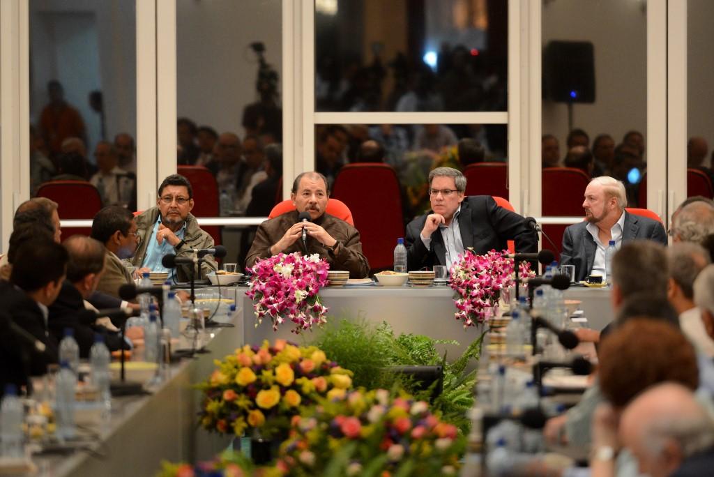 Daniel Ortega junto al presidente del Cosep, José Adán Aguerri, y el empresario Carlos Pellas. Confidencial   Archivo   Carlos Herrera