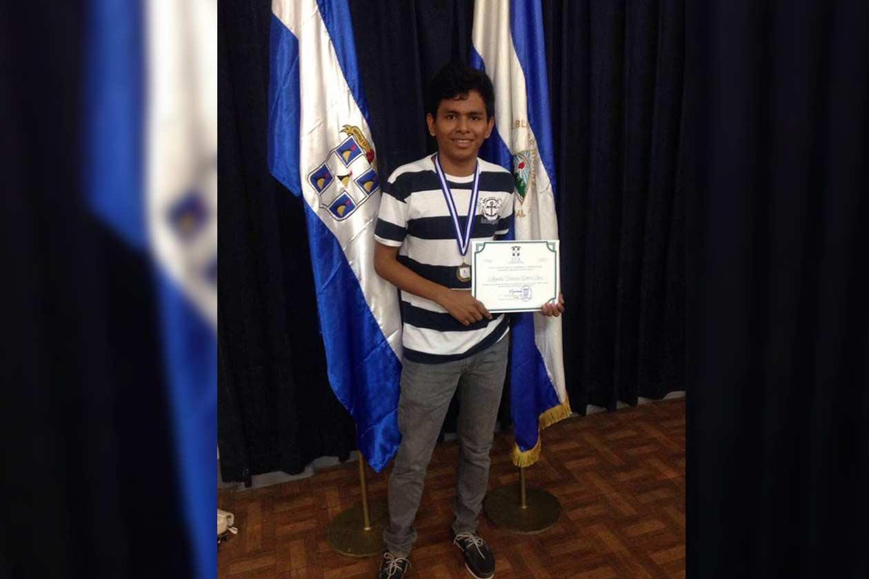 Alejandro Centeno, originario de Bluefields recibió una beca interna en la UCA para estudiar Administración de Empresas. Sin embargo, actualmente pausó sus estudios porque es uno de los jóvenes perseguidos de la dictadura. Cortesía | Niú