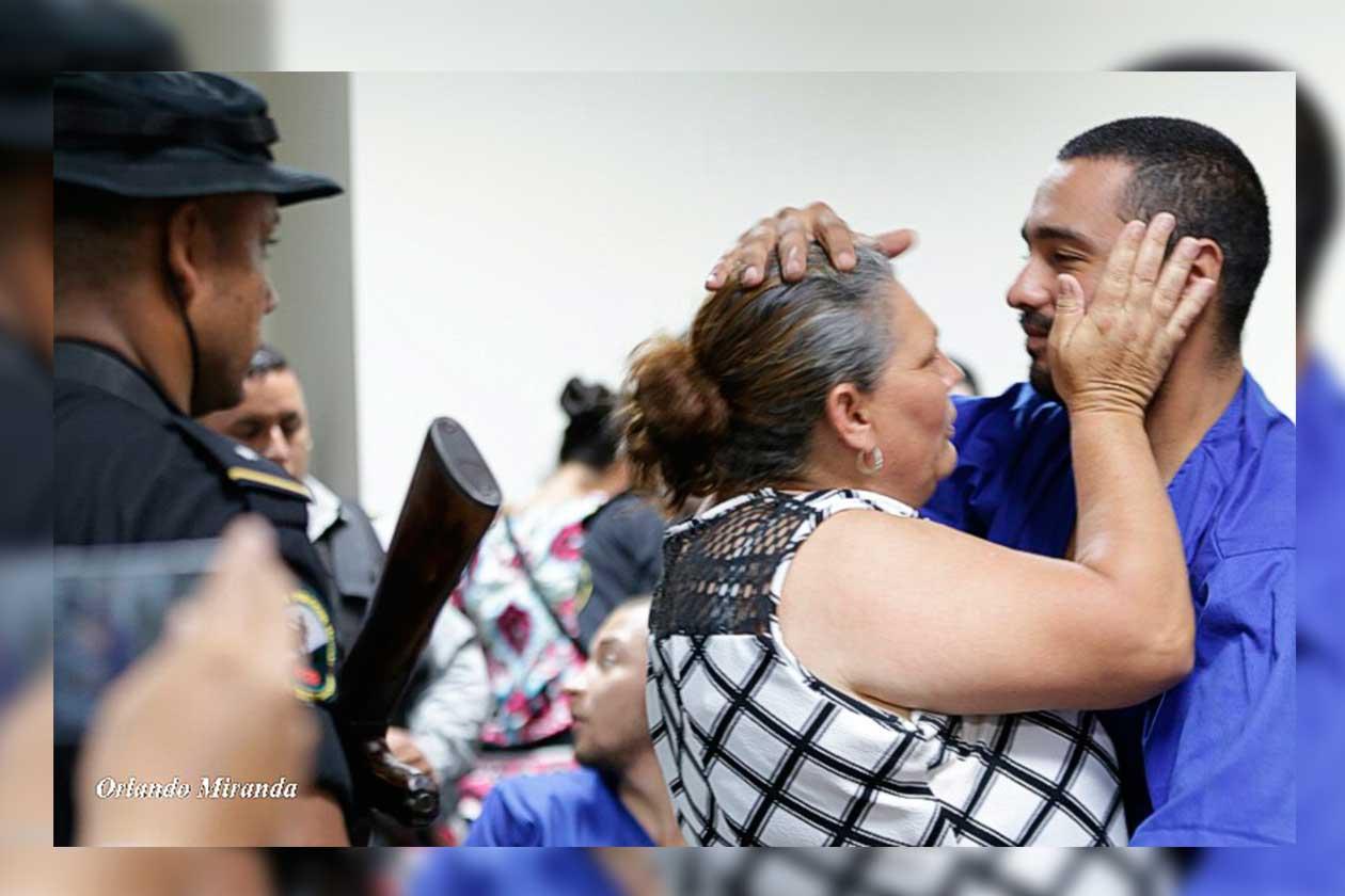 Jaqueline Altamirano junto a Roberto Cruz en los Juzgados de Managua. Tomado del 19 Digital | Niú