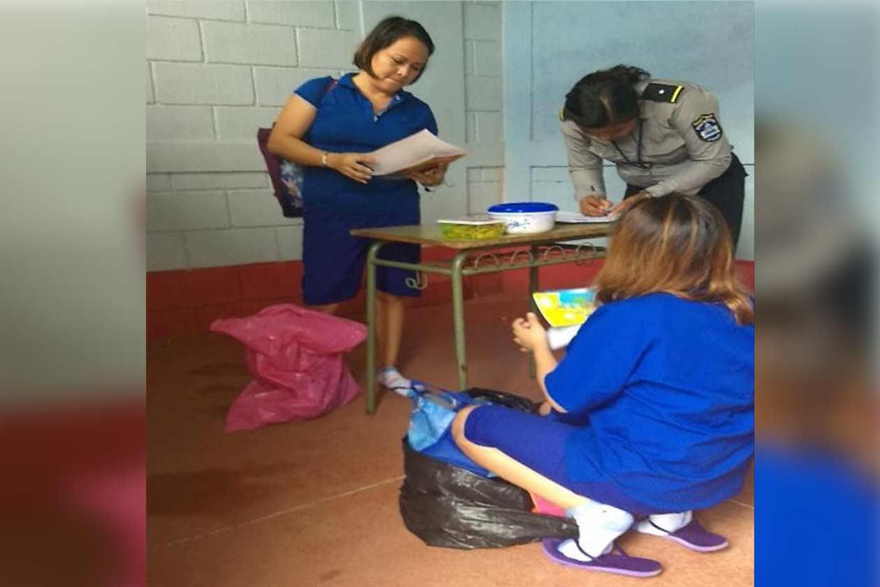 Las hermanas Sánchez Moraga recibiendo paqueteria en la cárcel La Esperanza. Cortesía   Niú