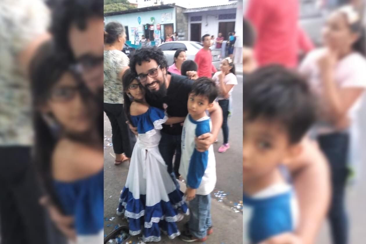 Roberto Cruz y sus hijos