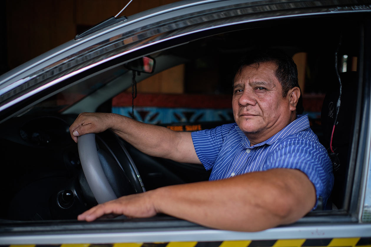 Don Marlon Castro, de 51 años, se ha convertido en uno de los taxistas de confianza de muchos universitarios. Carlos Herrera | Niú