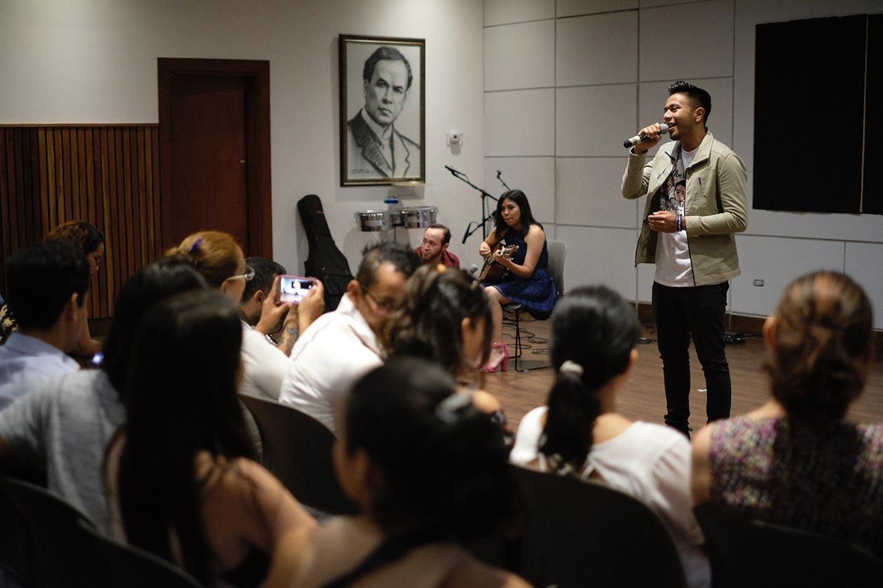 Uno de los hermanos Lesage, quienes fueron presos políticos de la dictadura durante más de diez meses, interpretó una canción que recién compuso en honor a los abogados nicaragüenses que defendieron a los reos de conciencia. Carlos Herrera | Niú