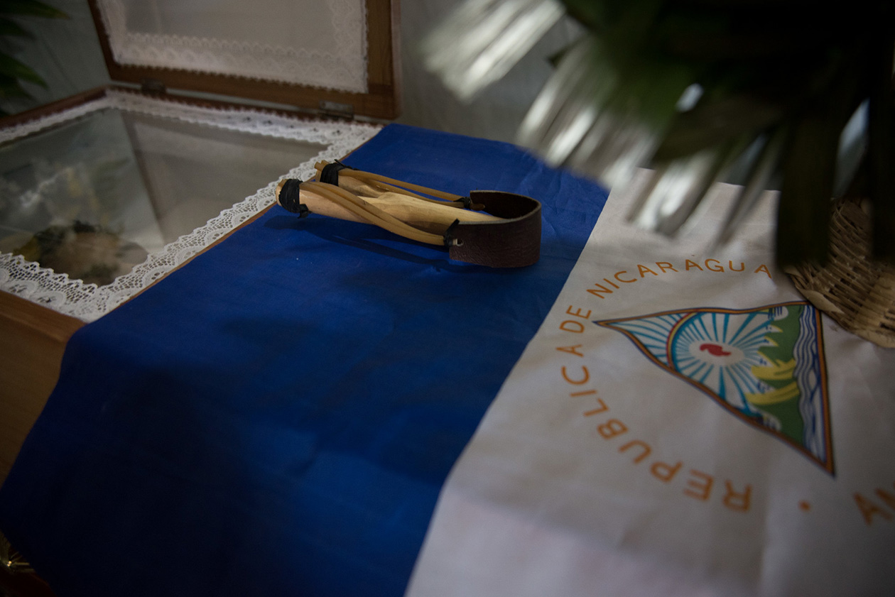 La Bandera Nacional, además, ha sido un símbolo que ha acompañado a las familias de los más de 300 asesinados durante las protestas. Carlos Herrera | Niú
