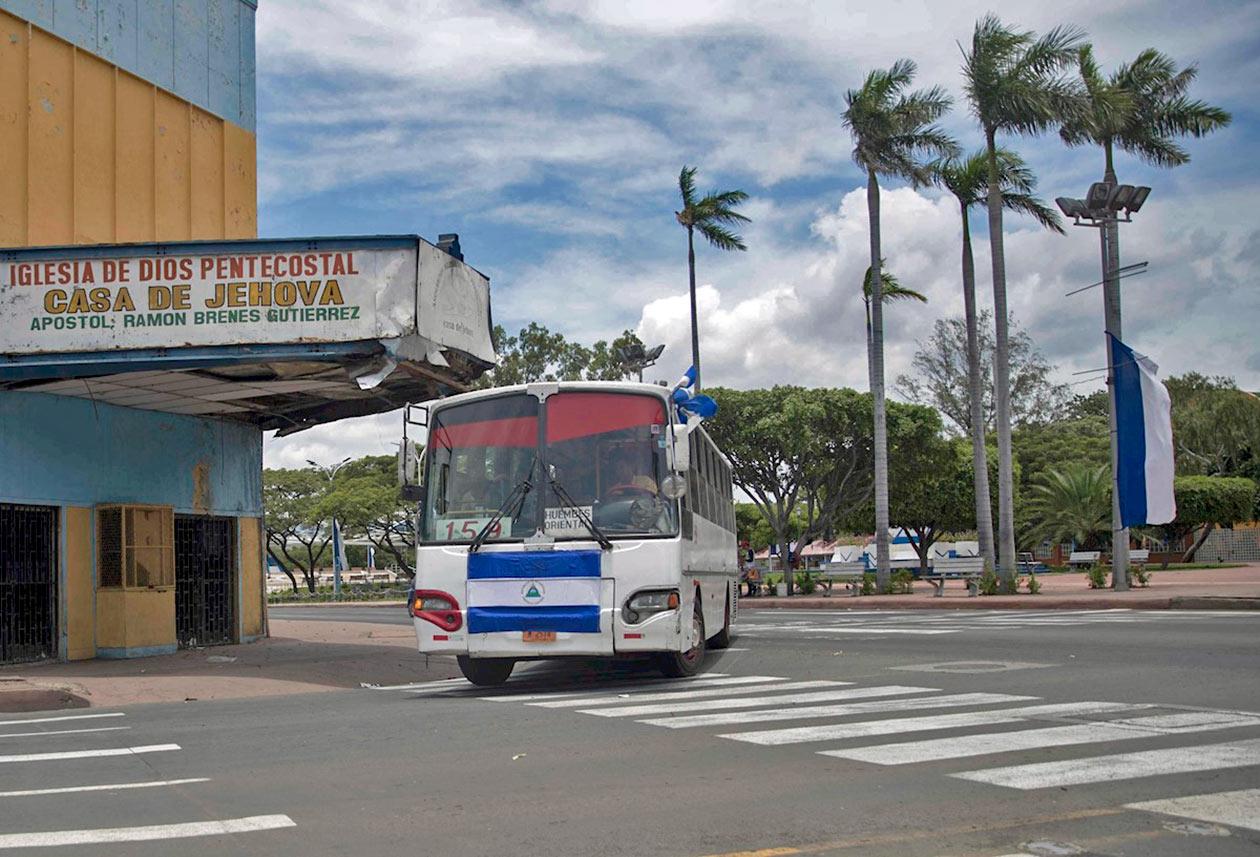 Las banderas en los buses de transporte urbano son parte de la estrategia del régimen Ortega Murillo. EFE | Niú