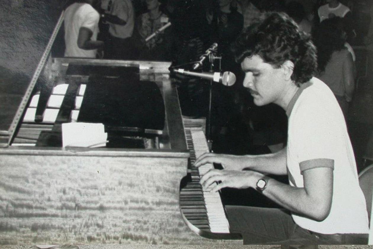 Pancho Cedeño a los 24 años cantando en Los Ángeles, Estados Unidos con el grupo Pancasán. Cortesía   Niú