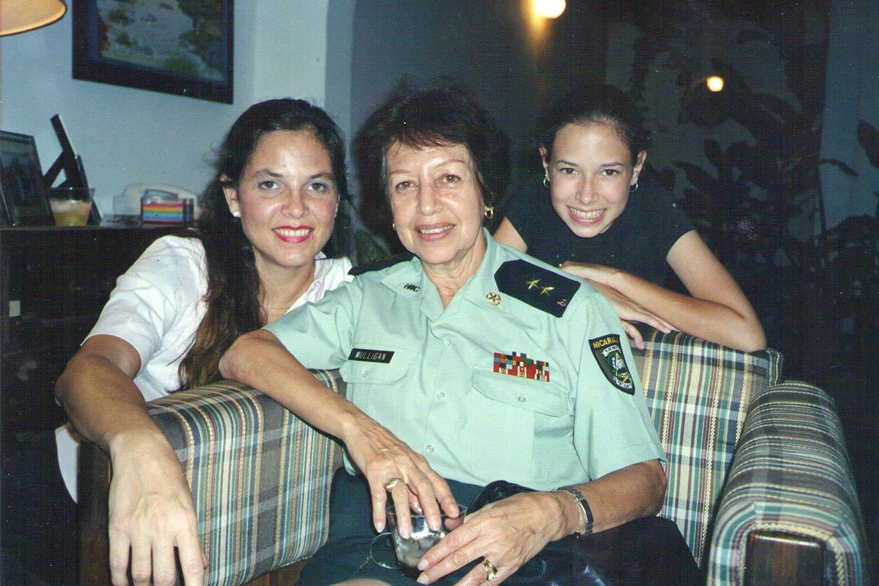 Tifani Roberts junto a su mamá, June Mulligan, y si hija Ana. Cortesía | Niú