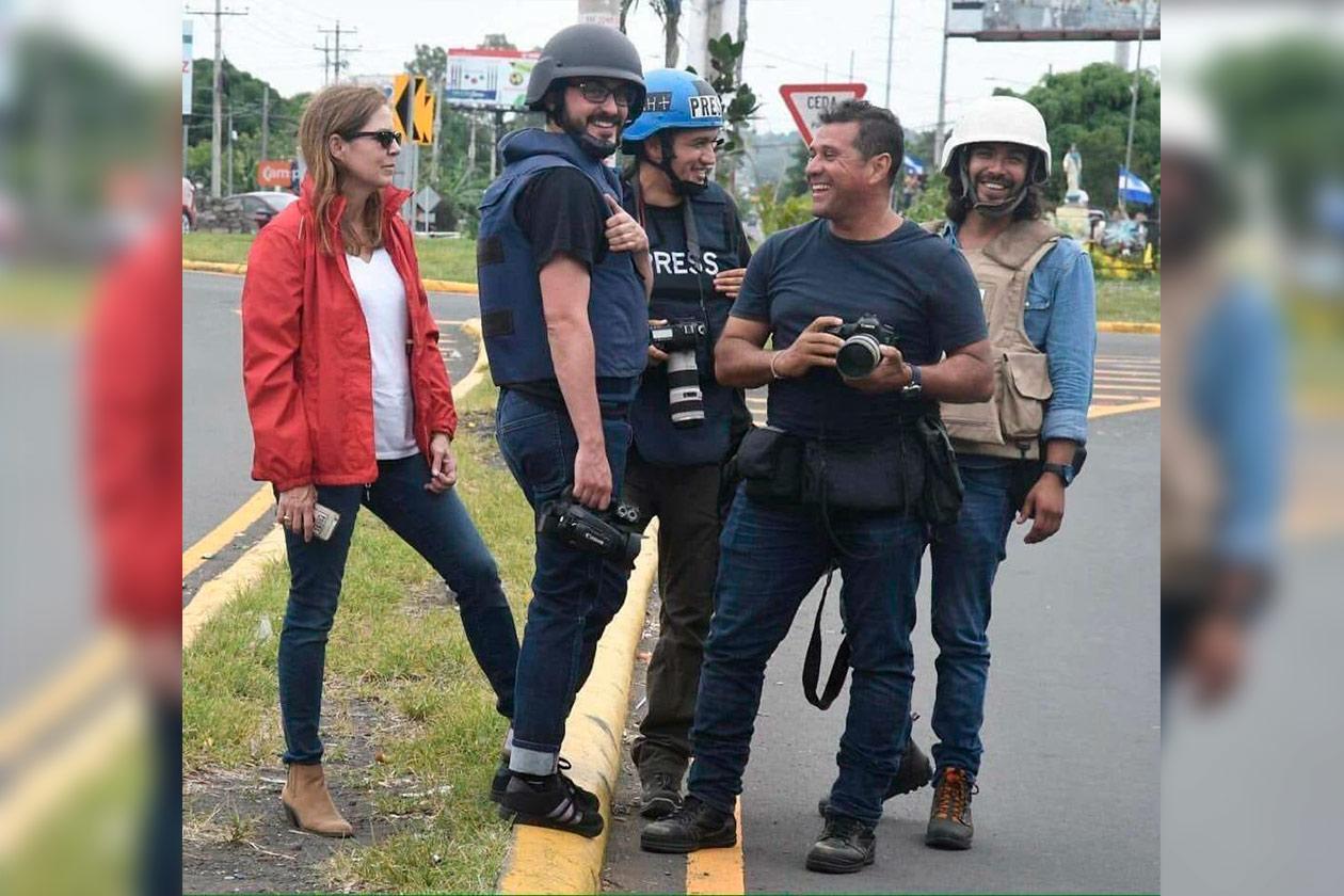 Tifani Roberts junto a los fotográfos de prensa extranjera durante la cobertura de insurreción cívica surgida en abril de 2018. Cortesía | Niú