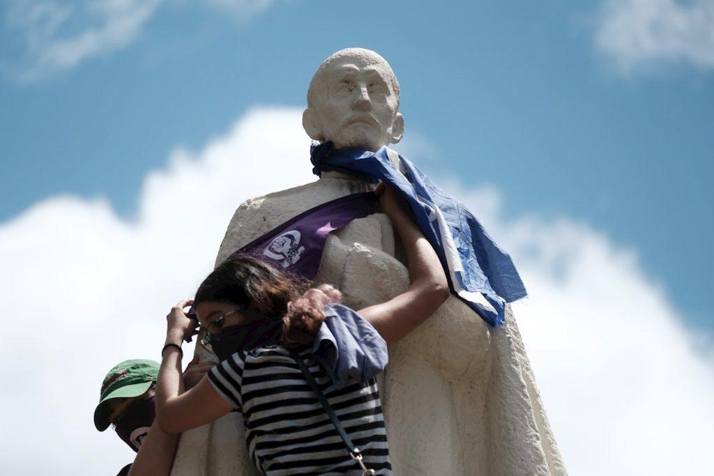 Mujeres protestan en la UCA